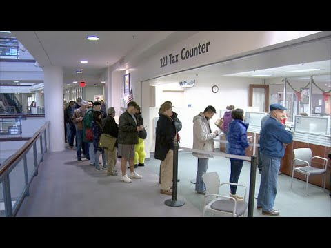 Crowds line up by thousands to prepay property taxes