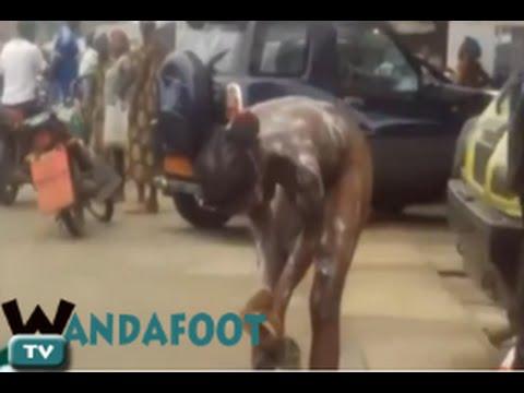 Cameroun : Une Femme Complètement Nue Prend Son Bain Dans La Rue