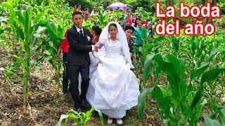 Los recién casados cruzando por el maizal #7 decamino a casa para el fieston - Ediciones Mendoza