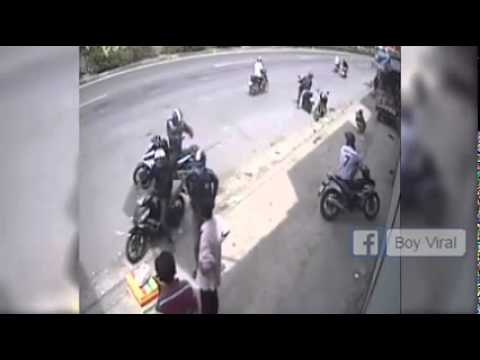 video lucu aksi pencuri motor tertangkap kamera cctv