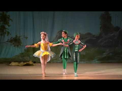 """Детский балет """"Дюймовочка"""". Жаба, Дюймовочка и жаба сын"""