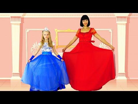 Полина и мама в красивых платьях принцесс