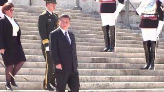 Xi Jinping all'Altare della patria: l'entusiasmo dei cittadini cinesi tra cori e bandierine rosse