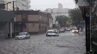 Diluvio, anegamiento y autos atrapados en la corriente de agua