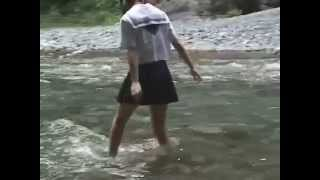 ★自然エロ!「女子学生、群馬県の小川を制服で渡る」Japanese school girl crosses the river ①