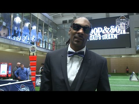 Snoop Dogg tours the College Football Hall of Fame