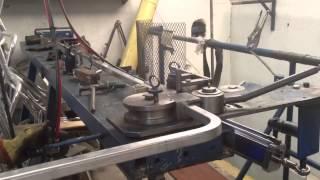 Bending square aluminum tube pipe.  Curvado de tubo de aluminio cuadrado para sillas de aluminio(, 2013-02-21T20:41:00.000Z)