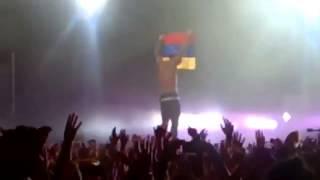 Video del concierto de Maluma cuando toma la bandera de Venezuela al revés