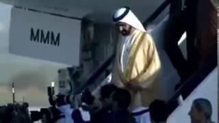 شاهد...لحظة سقوط حاكم دبي من فوق سلم الطائرة