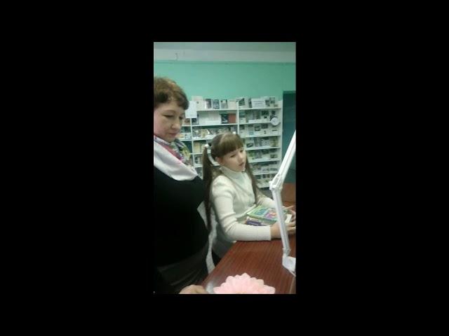 Изображение предпросмотра прочтения – Маргарита и Жанна АнатольевнаЗахаровы читает произведение «Ворона и Лисица» И.А.Крылова