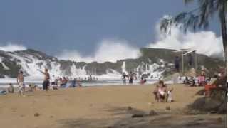 Ombak Besar Berdekatan Dengan Pantai