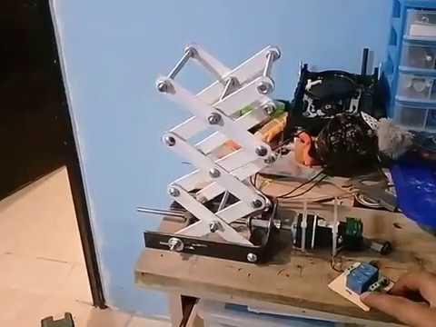 elevador-tipo-tijera,-con-tornillo-de-potencia