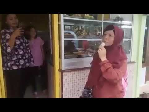 Pengamen Wanita Dengan Suara Emas Memukau Pemilik Warteg