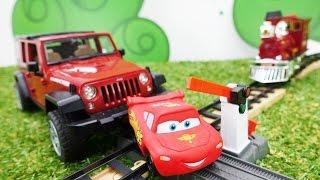 Spielzeugautos - Lightning McQueen steckt in Schwierigkeiten - Notfall am Bahnübergang