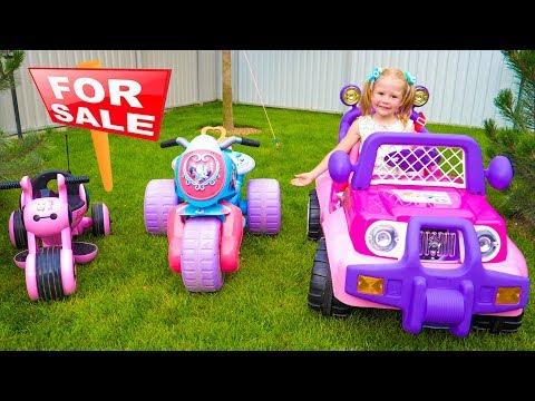 Настя и папа играют в магазин игрушек