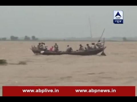 Patna: Ignoring government's warning, boats sail on flooded river