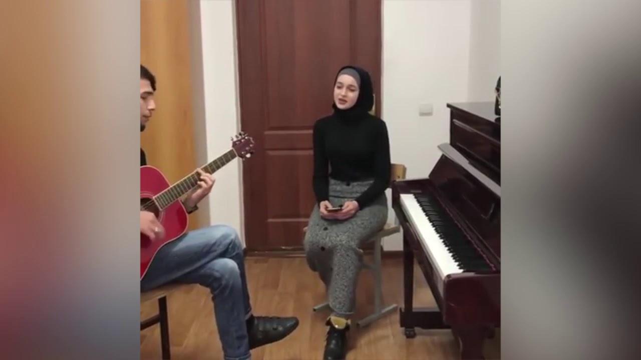 Чеченка красиво поёт под Гитару