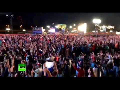 Болельщики ликуют на улицах во время игры Россия — Египет