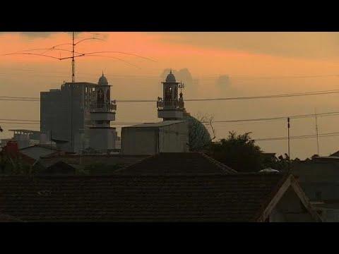 شاهد: الأصوات المرتفعة جدا لمكبرات المساجد في إندونيسيا تؤرق ولا من يجرؤ على الانتقاد