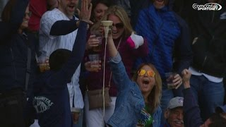 sd chc cubs fan catches foul ball with her beer