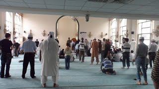 You'd never believe that this could happen in prayer (salat)