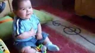 Gaspar bebé cantando Cachureos