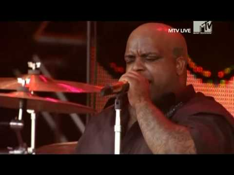 gnarls-barkley-a-little-better-live-roskilde-2008-esthermg71