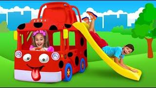 サーシャはスーパーヒーローのふりをしておもちゃのてんとう虫バスに乗る