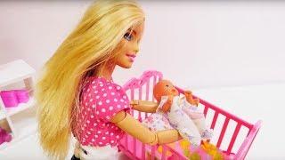 Барби и семья: кроватка для ребенка Барби. Игрушки для девочек