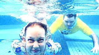 Maria Clara brincando na piscina com papai (História para Crianças) - MC Divertida