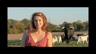 Une femme décide de rentrer dans un champs avec un taureau de corrida