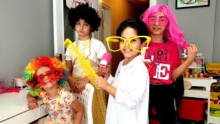 Kuaförüm Sensin Sado and little girls pretends to play in a beauty salon with makeup toys
