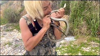 無人島の野生の大ヘビを生きたまま生で食べてみたら…
