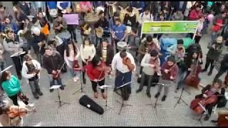 Con música y ritmo, el Coro del Bicentenario protestó para exigir la continuidad de la orquesta