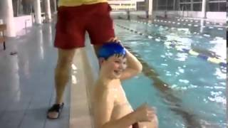 Прикол в бассейне(Пробовал кто нибудь так одевать купальную шапочку? Уверен что после просмотра этого видео, желание испытат..., 2013-04-13T19:46:54.000Z)