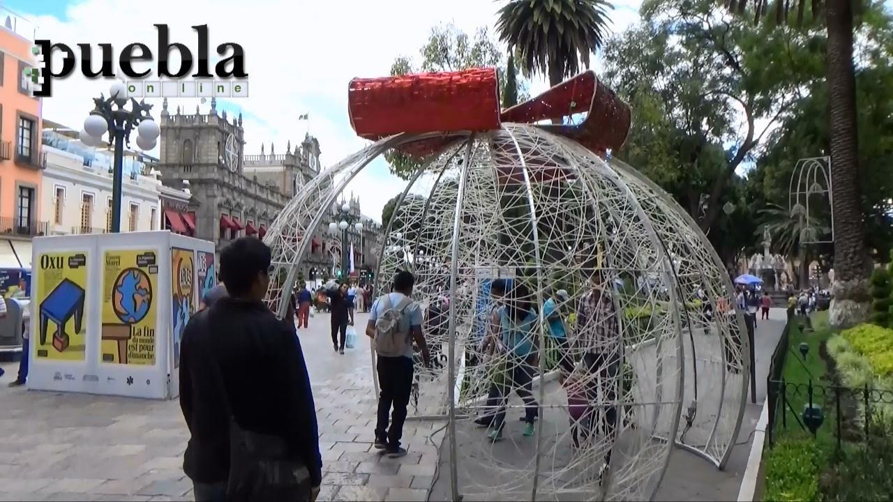 Colocan adornos navide os en el z calo de puebla youtube - Adornos de navidad 2015 ...