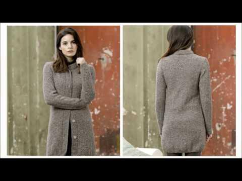 Голубое вязаное пальто спицами