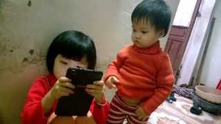 Bé 1 tuổi chơi game ( the kid brought peals of laughter for you )