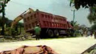 Video membangunkan dumptruck yang terguling
