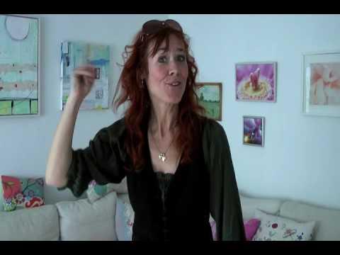 Se Joan Ørting lære dansk tegnsprog