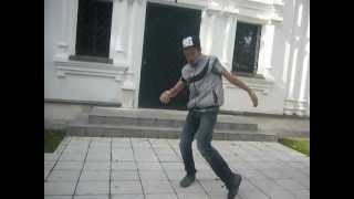 л.м танцует  драм бейс