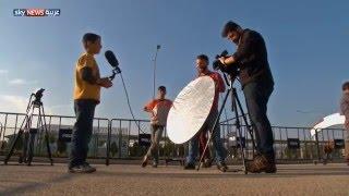 طفلان لاجئان يتقمصان شخصيات صحفيين على الحدود