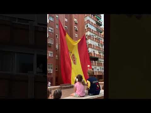 Vecinos De Madrid Izan Una Bandera De España Gigante En Su Edificio