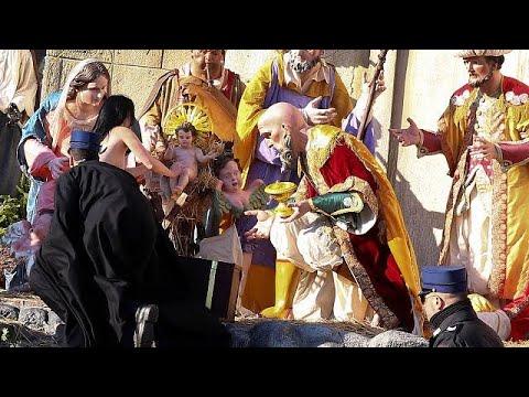 San Pietro, Femen prova a rubare il bambinello del presepe. Di nuovo