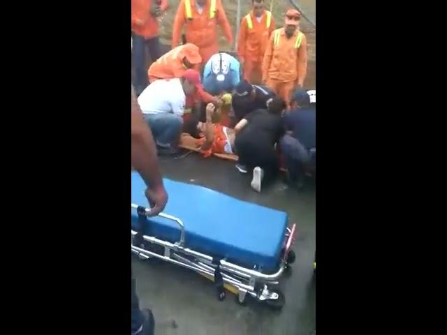 En vía pública de La Tebaida se hundió vehículo recolector de basura
