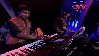 Himesh Reshammiya singing from Atif Aslam song.Woh Lamhe Woh Baatein