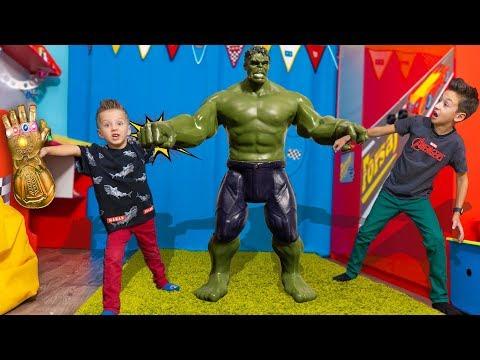 Кому ДОСТАЛАСЬ Перчатка ТАНОСА ! Kids Playing In Toy Superhero MARVEL