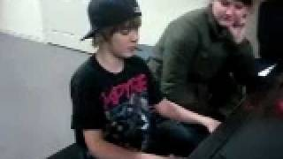 "Justin Bieber - Aged 13 - Singing ""Apologize"" by One Republic on the piano"
