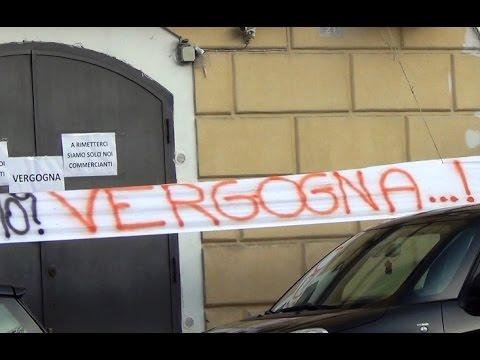 Aversa (CE) - Negozi sequestrati dopo crollo Università, protestano commercianti (04.12.15)
