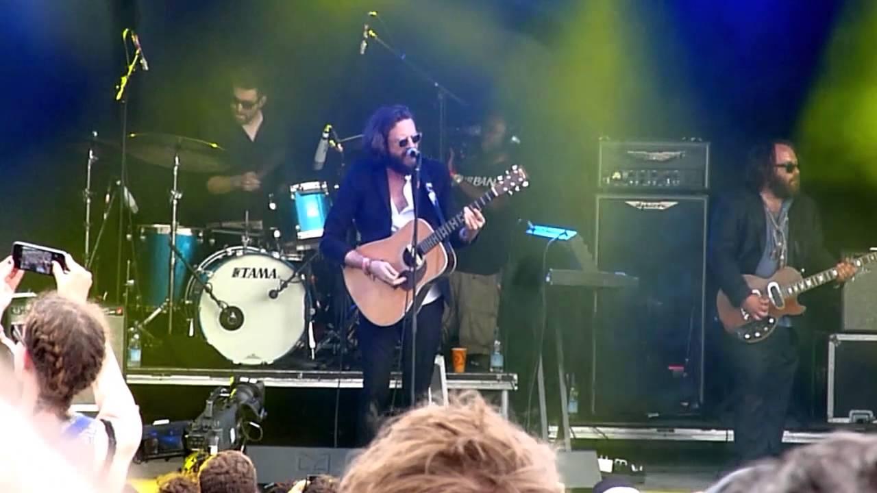 father-john-misty-chateau-lobby-4-live-at-glastonbury-festival-park-stage-27-06-2015-strangedaysinde